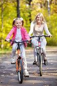 Moeder en dochter op fiets — Stockfoto