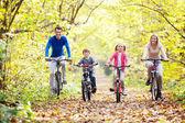 Bisiklet üzerinde yürümek — Stok fotoğraf