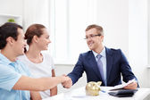 The consultant shakes hands with a man — Stock Photo