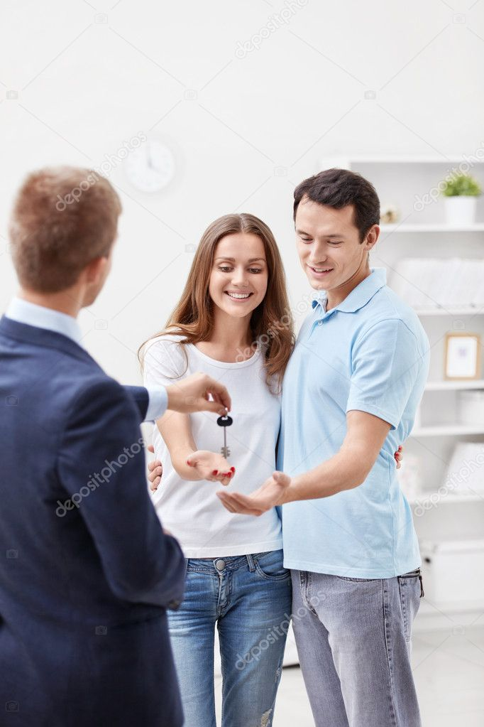 A man holds the key young couple — Stock Photo #9683683