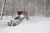 небольшой трактор снега в парке — Стоковое фото