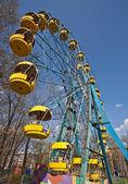Ferris wheel under blue sky — Stock Photo