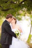 Casal beijo no parque — Fotografia Stock
