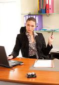 Donna d'affari seduto in ufficio davanti al computer portatile — Foto Stock