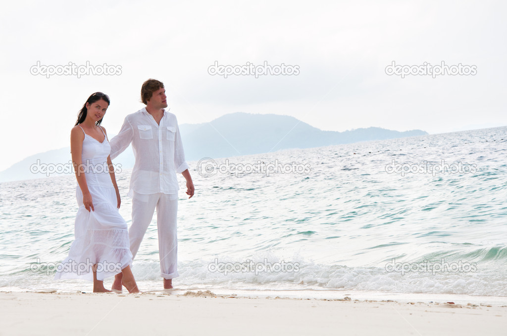 Picture of romantic young couple having a walking on the sea shore — Stock Photo #10228031