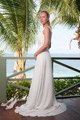 Hermosa novia en fondo mar tropical — Foto de Stock