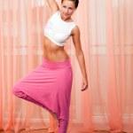 porträtt av ganska ung kvinna gör yoga övning — Stockfoto