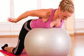 молодая женщина в спортивной одежде, делая упражнения фитнес с fit ball — Стоковое фото