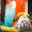 Attractive brunette woman cleaning kitchen using dish washing ma — Stock fotografie