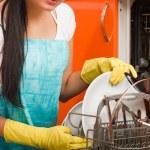 mujer morena atractiva cocina usando a ma plato lavado de limpieza — Foto de Stock