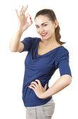 Joven mujer atractiva muestra bien — Foto de Stock