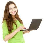Jonge vrouw die op laptop werkt — Stockfoto