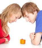 Teenage couple with gift box — Stock Photo