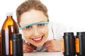 Porträtt av en leende kemist arbetar — Stockfoto