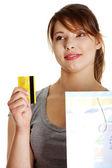 Frau mit Einkaufstasche mit Kreditkarte — Stockfoto