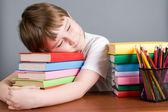 Garçon fatigué dort sur les livres — Photo
