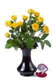 Güzel sarı gül ve hediye kutusu — Stok fotoğraf
