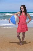 Vrouw bedrijf beachball — Stockfoto
