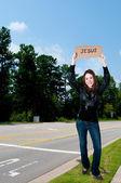 Femme tenant le signe de jésus — Photo