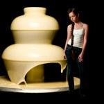 vrouw en witte chocolade fontein — Stockfoto