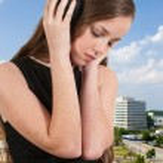 krásná dospívající žena poslechu sluchátka — Stock fotografie