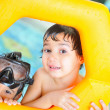 due fratelli in piscina giocando — Foto Stock