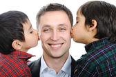 Padre de dos hijos besos — Foto de Stock