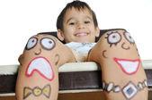 他腿上的彩绘表情的小男孩 — 图库照片