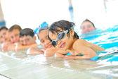 孩子们在游泳池 — 图库照片