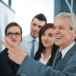 Boss explaining graph to his team — Stock Photo