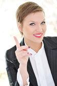 Portrait de femme d'affaires jeune pointant vers le haut — Photo