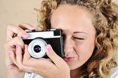Fille excitée avec appareil photo — Photo