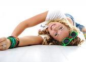 Teen jolie fille avec des cheveux bouclés, gisant sur le sol — Photo