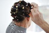 Starší dáma s natáčky na vlasy — Stock fotografie