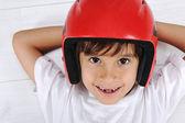 Mignon petit garçon avec le casque sur la tête pose détendue — Photo