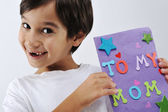 Kid holding message for lovely Mom — Zdjęcie stockowe