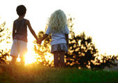 Happy children in nature at sunset — Stockfoto