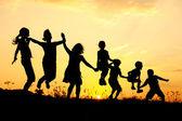 美丽的景色跳在自然中的儿童 — 图库照片