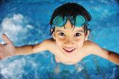 Niño en piscina — Foto de Stock