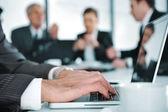 Obchodní jednání na schůzce místnost — Stock fotografie