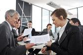 Reunião de negócios - grupo de escritório na apresentação — Foto Stock