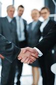 Handshake isolerade på business bakgrund — Stockfoto