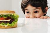 Criança e hambúrguer — Foto Stock