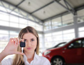 Young woman holding key — Stock Photo