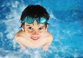 Kind met zwemmen bril in water zwembad — Stockfoto
