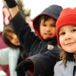 feliz grupo de ropa de invierno al aire libre, niños — Foto de Stock