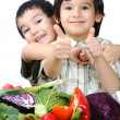 Child and fresh vegetables — Stockfoto