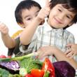 niño y verduras frescas — Foto de Stock
