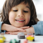 Unschuld, Kindheit Konzept - spielen mit Spielzeugauto — Stockfoto