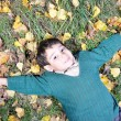 Little cute kid laying on the fall ground — 图库照片
